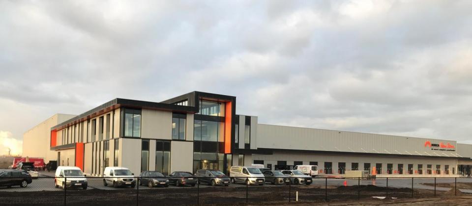 Lommel– Het is officieel: afgelopen week verhuisde Limburgse horecagroothandel Van Zon van hun oude hoofdkantoor in Hamont-Achel naar hun splinternieuwe thuishaven op het Kristalpark III in Lommel. In deze nieuwbouw van 14.000m² werd 15 miljoen euro geïnvesteerd. De bouwwerken werden uitgevoerd door bouwbedrijf Mathieu Gijbels, naar een ontwerp van HVC Architecten.