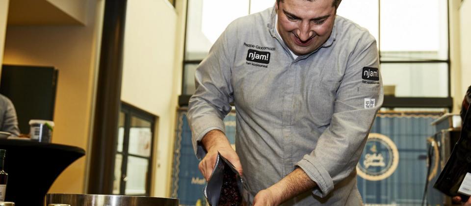 chefkok Peppe Giacomazza maakt Gijbels Granola