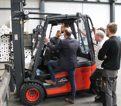 uitleg elektrische heftruck Motrac Linde plooiafdeling