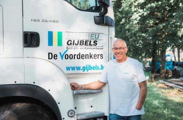 """Frans (57) weer aan het werk nadat hij in maart zijn hand verloor: """"Ik dacht dat ik nooit meer met een vrachtwagen zou rijden"""