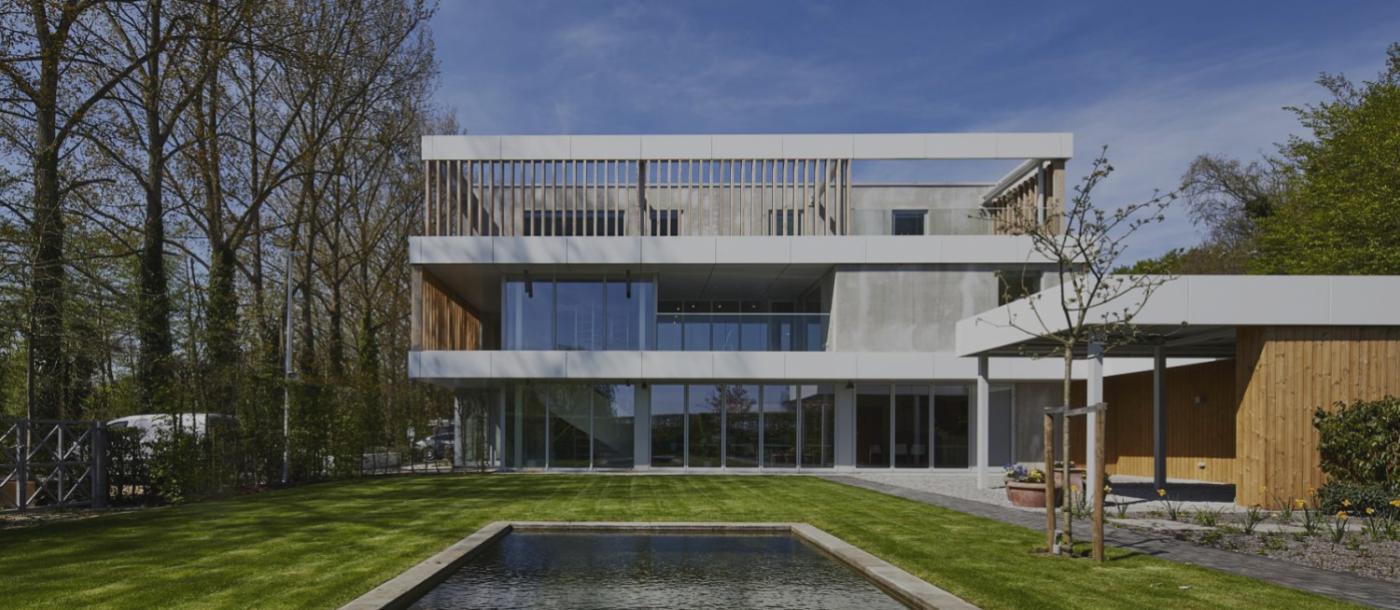 En 2017, Mathieu Gijbels a construit pour ATB Van der Weehe, entreprise de jardinage, plusieurs hangars et bureaux avec une maison à Broechem.