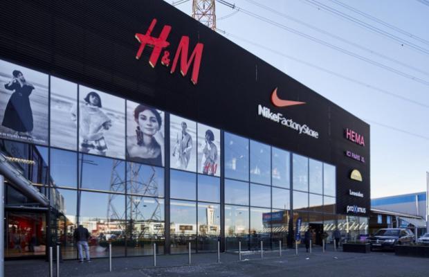 Een hal vol genodigden zag hoe op 14 december 2017 de vijf nieuwe winkels (Hema, Proximus Store, Panos, Ici Paris XL en Leonidas) van het retail park A12 Shopping in Schelle plechtig onthuld werden.